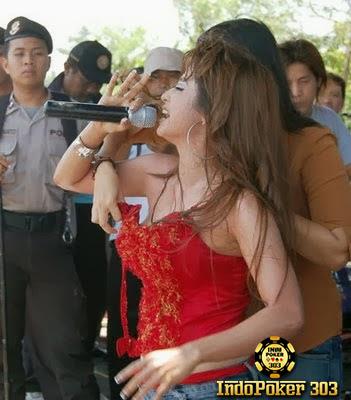 Foto Foto Seksi Dewi Persik Nyaris Bugil - Poker Terbaik